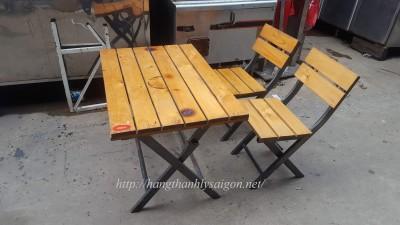 Bàn ghế gỗ thông pallet chân sắt thanh lý